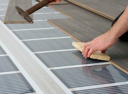 Электрический теплый пол под ламинат без стяжки – Теплый пол под ламинат — правила укладки, преимущества и недостатки видов нагревательных элементов