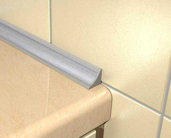 Широкий плинтус для ванной – керамический, пластиковый, акриловый и силиконовый, какой лучше? Советы по укладке керамического плинтуса на ванну с фото примерами