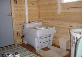 Толстозадая женщина справляет естественные надобности в деревянном туалете